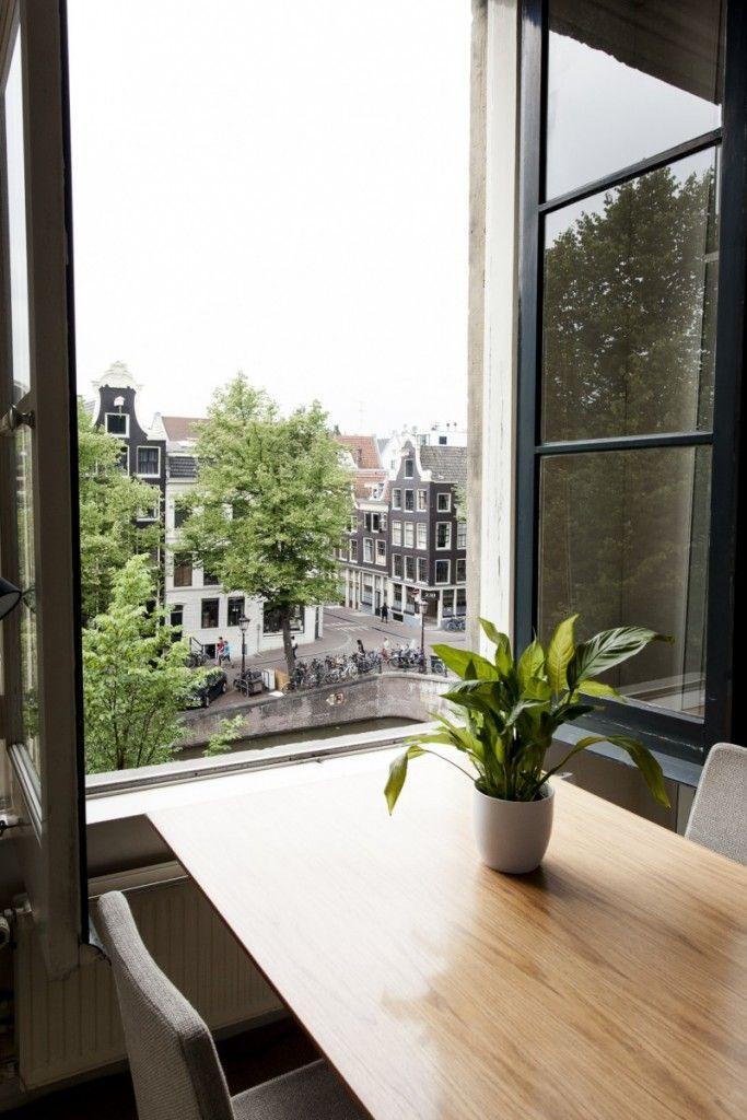 Het uitzicht vanuit vergaderruimte Amsterdam Offices